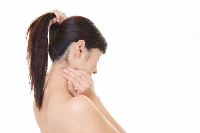 目立ってしまう「首ニキビ」の自宅でできる治し方と予防法